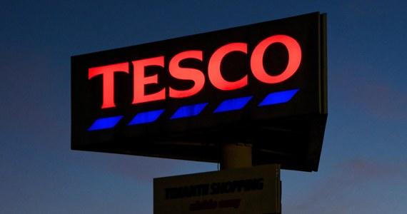 """Wycofująca się z Polski sieć Tesco ogłosiła plan dużych zwolnień grupowych; zniknie sklep internetowy, zamkniętych zostanie też kilka kolejnych hipermarketów - pisze w środę """"Puls Biznesu""""."""
