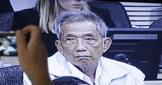 """W Kambodży w wieku 77 lat zmarł Kaing Guek Eav, alias """"Duch"""", były naczelnik więzienia Tuol Sleng, który odsiadywał dożywocie za zbrodnie wojenne i zbrodnie przeciwko ludzkości, jako członek reżimu Czerwonych Khmerów z lat 1975-1979."""