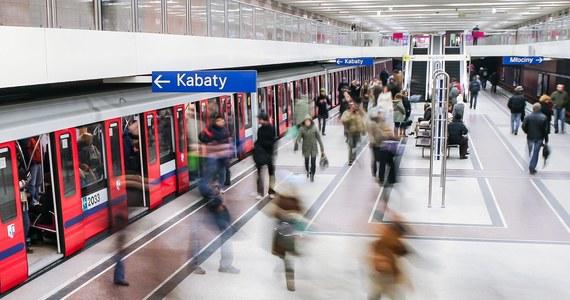 Do awarii jednego ze składów warszawskiego metra doszło tuż po godzinie 10:00. Pociąg z pasażerami utknął w tunelu między stacjami Centrum i Politechnika. Kilkadziesiąt osób w wagonach niemal godzinę czekało na usunięcie usterki.