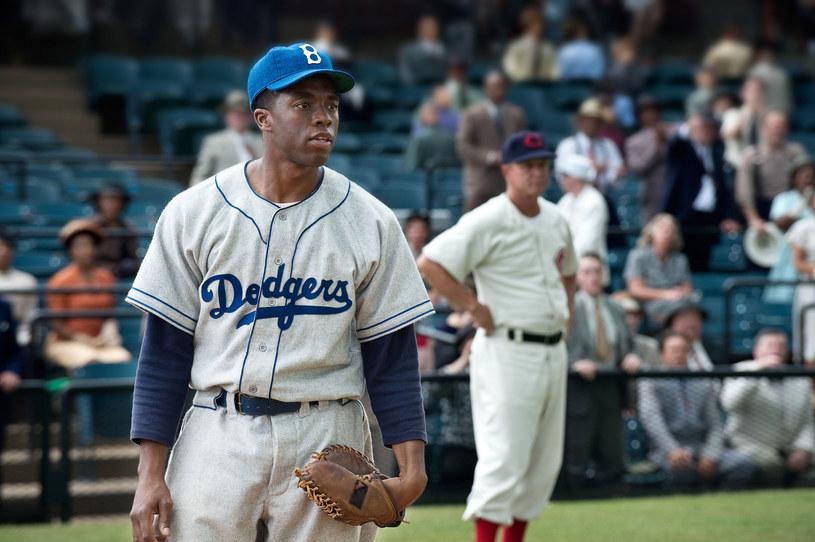 """Śmierć Chadwicka Bosemana wstrząsnęła przemysłem filmowym oraz fanami  aktora. Z każdej strony napływają wspomnienia o zmarłym 28 sierpnia gwiazdorze """"Czarnej Pantery"""". W niecodzienny sposób pamięć o nim postanowili uczcić właściciele amerykańskiej sieci kinowej AMC, która pokaże jeden z filmów aktora - """"42 - Prawdziwa historia amerykańskiej legendy""""."""