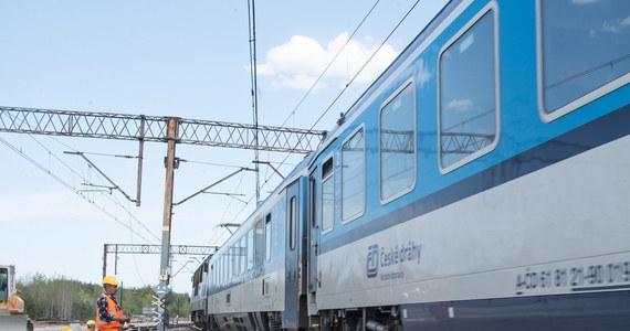 Poważne utrudnienia w ruchu pociągów kursujących Centralną Magistralą Kolejową. To jedna z najważniejszych tras w kraju. Powodem było uszkodzenie trakcji na granicy województw: łódzkiego i świętokrzyskiego. Wszystkie jadące tam składy są opóźnione. Ok. 13:30 utrudnienia zakończyły się.