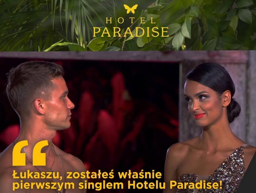 """W drugiej edycji """"Hotelu Paradise"""" pierwsze pary już wybrane! Noc w pokoju singla spędził Łukasz. Mężczyzna walczy o pozostanie w telewizyjnym show, a widzowie krytykują go w sieci: """"Pozer, cwaniak""""."""