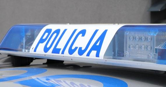 Policjanci zatrzymali po pościgu 18-letniego kierowcę, który uciekając osobowym renault jechał deptakiem dla pieszych, położonym nad przepływającą przez Szczyrk rzeką Żylicą. Był pod wpływem alkoholu. Grozi mu 5 lat więzienia - podała bielska policja.