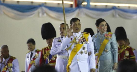 Druga żona króla Ramy X odzyskała swoją dawną pozycję na dworze - poinformował tajlandzki pałac królewski. To zakończenie trwającego od wielu miesięcy skandalu, ale nie koniec kontrowersji wokół osoby monarchy.
