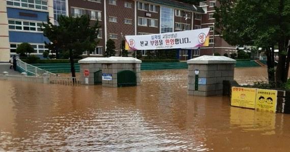 Tajfun przeszedł w środę nad południowym i wschodnim wybrzeżem Korei Południowej pozbawiając prądu ponad 120 tys. domów i cztery reaktory jądrowe w pobliżu Busan oraz powodując śmierć co najmniej jednej osoby.