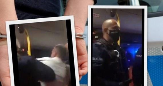 Był poszukiwany, znajdował się pod wpływem alkoholu i znieważył funkcjonariuszy – poinformowała policja, odnosząc się do zatrzymania mężczyzny w autobusie miejskim w Jeleniej Górze. Do zdarzenia doszło na oczach płaczących dzieci mężczyzny. Film przedstawiający fragment interwencji trafił do sieci.