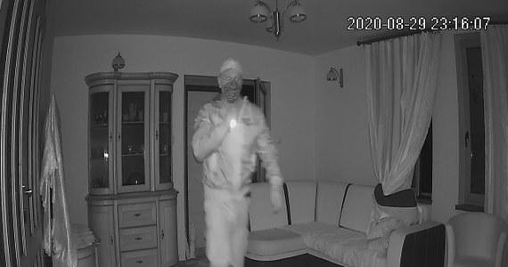Policjanci szukają włamywacza z Włodawy na Lubelszczyźnie. Mają nagranie z monitoringu, na który widać złodzieja… w maseczce ochronnej.