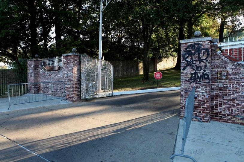 """W nocy z poniedziałku na wtorek nieznani sprawcy wymalowali na chodnikach i ogrodzeniach otaczających słynną posiadłość Elvisa Presleya nazywaną Graceland hasła: """"Black Lives Matter"""" i """"Defund MPD"""". Takie """"podpisy"""" wskazują, że sprawcy mogą należeć do ruchu, który powstał po śmierci George'a Floyda. Policja szuka winnych."""