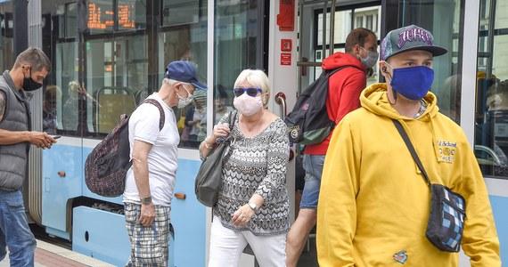 Czeskie ministerstwo zdrowia poinformowało, że minionej doby w kraju zanotowano 650 nowych infekcji koronawirusem. To największy dobowy przyrost zakażeń od początku pandemii. Dotychczasowe maksymalne liczby niewiele przekraczały pół tysiąca.