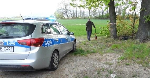 Policjanci z Bielawy na Dolnym Śląsku po 10 latach dotarli do podejrzanego o zabójstwo. W 2009 roku mężczyzna był przesłuchiwany, ponieważ widział ofiarę jako ostatni, ale alibi dawał mu jedyny świadek - uczestnik wspólnej libacji alkoholowej. Zatrzymany w tej sprawie trafił już do aresztu.