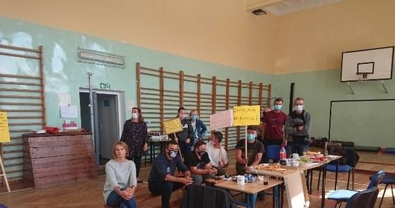"""Trwa protest rodziców z Sosnówki, którzy sprzeciwiają się decyzji władz gminy Podgórzyn na Dolnym Śląsku. Chodzi o przeniesienie uczniów z Sosnówki do szkoły w Podgórzynie. """"Będziemy protestować do dnia, w którym wójt nie wycofa się z tego zarządzenia"""" - mówi Robert Plewa, przewodniczący rady rodziców Szkoły Podstawowej w Sosnówce."""