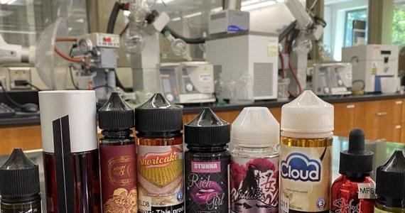 Składniki płynów do e-papierosów mogą reagować ze sobą, tworząc toksyczne substancje, które drażnią układ oddechowy i mogą mieć szkodliwy wpływ na układ krwionośny - przestrzegają naukowcy z Duke University School of Medicine i Yale University. Podczas odbywającego się w formacie wirtualnym European Respiratory Society International Congress podali w wątpliwość twierdzenia producentów, że e-papierosy są bezpieczne i tworzą chmurę tylko dobrze zdefiniowanych i stabilnych związków chemicznych. Ich zdaniem prawda jest inna.