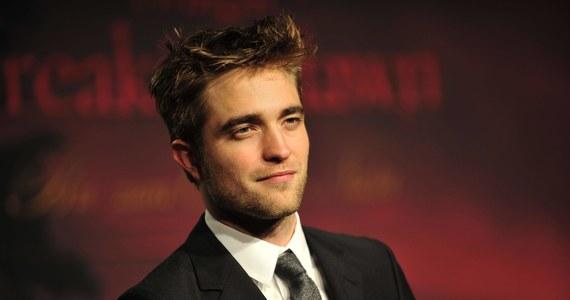 """Aktor Robert Pattinson jest zakażony koronawirusem. Wytwórnia Warner Bros. zdecydowała o wstrzymaniu zdjęć do filmu """"The Batman"""", w którym gwiazdor wciela się w tytułową rolę."""