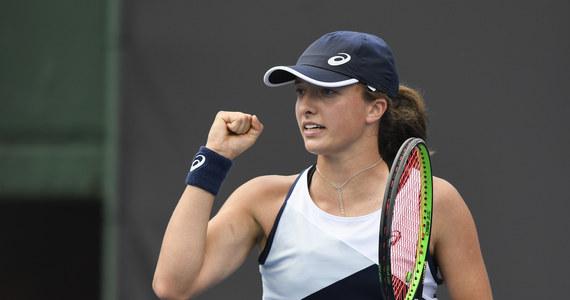 Z powodu deszczu przerwano mecz Igi Świątek z amerykańską tenisistką Sachią Vickery w drugiej rundzie wielkoszlemowego US Open. Rywalizację wstrzymano na początku drugiego seta - przy stanie 7:6 (7-5) i 0:30 dla reprezentantki gospodarzy. Tenisistki dokończą ją w piątek.