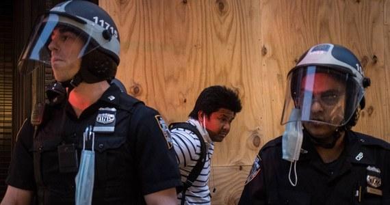 Trzy kolejne osoby zginęły, a cztery zostały ranne w Nowym Jorku w nocy ze środy na czwartek. Według policyjnych statystyk w sierpniu nastąpił 166-procentowy wzrost liczby strzelanin i 47-procentowy zabójstw w porównaniu z tym samym miesiącem ubiegłego roku.
