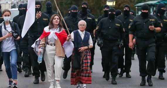 """Kilkusettysięczne protesty na Białorusi łączą wiele środowisk - od studentów przez robotników po emerytów. Są jednak osoby, które stały się ich symbolem, a wśród nich jest niestrudzona opozycjonistka Nina Bahińska, znana również jako """"babuszka"""" z flagą. Protestuje już od ponad 30 lat."""