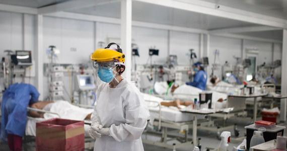 Większe ryzyko zarażenia koronawirusem pracowników służby zdrowia - przed takim efektem zaprezentowanej wczoraj rządowej strategii przed jesienną falą epidemii ostrzegają lekarze. Nowa taktyka zakłada m.in. zmianę roli lekarzy rodzinnych czy odejście od szpitali jednoimiennych.