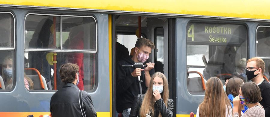 O trzecim dniu z rzędu z rekordowym wzrostem zakażeń SARS-CoV-2 w Czechach poinformowało tamtejsze ministerstwo zdrowia - poprzedniego dnia zanotowano 680 nowych przypadków. Łącznie od początku pandemii pozytywne testy miało prawie 26,5 tys. badanych. Od 1 marca zmarło 426 osób.