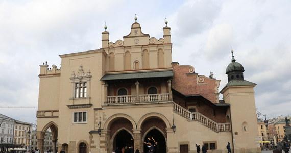 Kraków, który od ubiegłego tygodnia znajdował się w tak zwanej żółtej strefie koronawirusowej, został z niej wykreślony. Ministerstwo Zdrowia podało zaktualizowane zestawienie powiatów, w których przyrost nowych zakażeń jest największy.