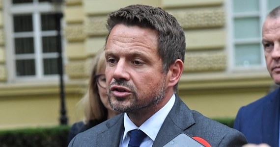 Damy sobie radę - zapewnił prezydent Warszawy Rafał Trzaskowski, pytany, czy miasto zdoła sfinansować budowę awaryjnego układu przesyłowego na moście pontonowym. Rząd od tego jest, żeby pomagać w sytuacjach awaryjnych; tam, gdzie powinien pomóc, chce wystawić rachunek - ocenił.