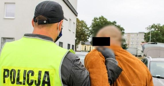 Do 10 lat więzienia grozi 32-letniemu gorzowianinowi, który podczas policyjnej obławy wyrzucił z pędzącego auta ponad 1,5 kg metamfetaminy. Mężczyzna trafił na trzy miesiące do aresztu.