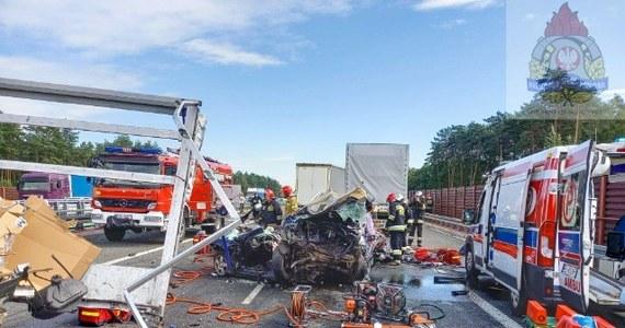 Aż osiem pojazdów - w tym pięć ciężarówek i bus - zderzyło się w piątek przed południem na autostradzie A2 w miejscowości Wólka Łasiecka w Łódzkiem, na odcinku między węzłami Skierniewice i Wiskitki. Jak ustaliła reporterka RMF FM, w wypadku ciężko ranne zostały dwie osoby. Na miejsce wysłano śmigłowiec Lotniczego Pogotowia Ratunkowego. Przez kilka godzin trasa w stronę Warszawy była zablokowana.