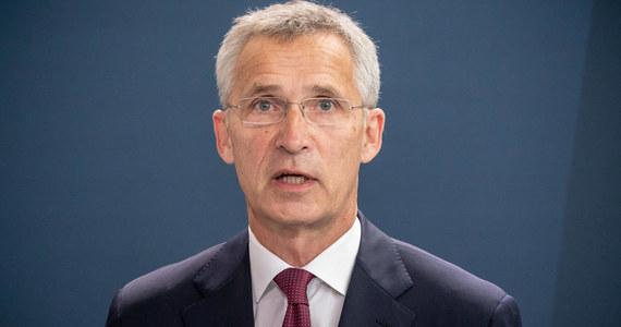 """NATO żąda od Rosji ujawnienia programu Nowiczok - powiedział szef NATO Jens Stoltenberg po nadzwyczajnym posiedzeniu Rady Północnoatlantyckiej zwołanym w związku z próbą otrucia rosyjskiego opozycjonisty Aleksieja Nawalnego. Sekretarz generalny NATO podkreślił, że """"wszyscy członkowie Sojuszu Północnoatlantyckiego potępiają atak na rosyjskiego opozycjonistę""""."""