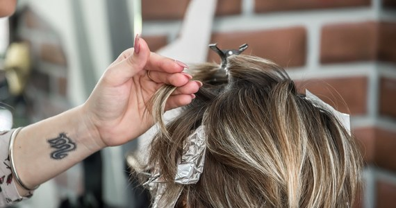 """Naukowcy z Uniwersytetu Medycznego w Wiedniu uspokajają, że częste farbowanie włosów nie wydaje się istotnie wpływać na ryzyko choroby nowotworowej. Analiza przypadków ponad 117 tysięcy kobiet, których stan zdrowia monitorowano przez 36 lat nie wykazały żadnej niepokojącej zależności w przypadku zdecydowanej większości nowotworów. Austriaccy naukowcy w publikacji na łamach czasopisma """"British Medical Journal"""" zwracają jednak uwagę na kilka typów nowotworów, które u kobiet stale farbujących włosy pojawiają się nieco częściej."""
