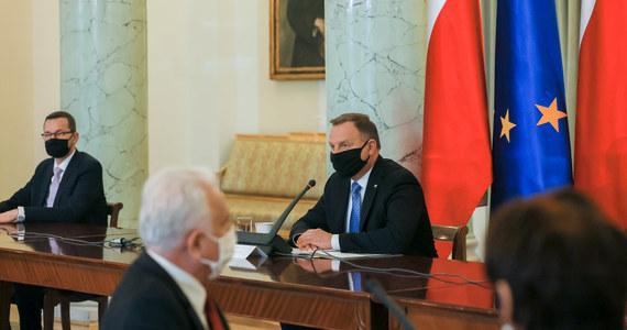 """""""Śmiało można powiedzieć, że panujemy nad sytuacją, udaje nam się utrzymać pandemię w ryzach; ogniska koronawirusa pojawiają się głównie w zakładach pracy i na weselach"""" - mówił w piątek prezydent Andrzej Duda po posiedzeniu Rady Gabinetowej."""