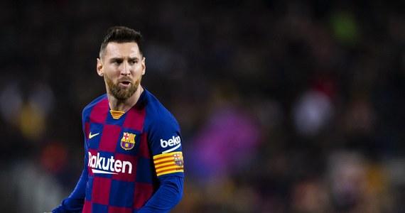 """To już oficjalne: Lionel Messi pozostaje w Barcelonie. Ostry spór pomiędzy Argentyńczykiem i hiszpańskim klubem rozgorzał końcem sierpnia, gdy piłkarz powiadomił władze Barcelony o zamiarze opuszczenia drużyny. Klub wskazywał jednak na klauzulę w kontrakcie, zgodnie z którą odejście Messiego bez zgody """"Dumy Katalonii"""" możliwe byłoby jedynie pod warunkiem zapłacenia przez przyszłego pracodawcę piłkarza astronomicznej kwoty 700 milionów euro. Teraz Messi poinformował w rozmowie z portalem goal.com, że zdecydował o pozostaniu na Camp Nou na kolejny sezon. Podkreślił jednak, że jedynym powodem jego decyzji jest niemożność wypełnienia klauzuli i niechęć do wkraczania na drogę sądową przeciwko """"klubowi swojego życia""""."""