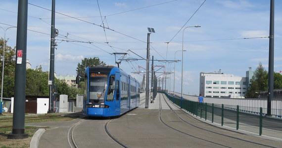Policja zatrzymała pasażera tramwaju linii nr 20 w Krakowie, który rano awanturował się z motorniczym, wyrwał drzwi do jego kabiny i groził użyciem noża. W obronie ofiary stanął jeden z pasażerów.