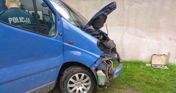 """Zarzut spowodowania wypadku ze skutkiem śmiertelnym i ucieczki z miejsca zdarzenia usłyszał 25-latek, który w czwartek śmiertelnie potrącił jadącą na rowerze dziennikarkę Annę Karbowniczak na drodze w okolicach Brzekińca w Wielkopolsce. Razem ze sprawcą wypadku zatrzymani zostali dwaj jego krewni. Najprawdopodobniej pomagali mu zacierać ślady i uszkodzenia w busie, który prowadził. W sobotę po południu policja poinformowała o zatrzymaniu kolejnych dwóch osób. Karbowniczak była korespondentką """"Głosu Wielkopolskiego"""" w Chodzieży. Jak informują jej redakcyjni koledzy, krótko przed śmiercią zaczęła dostawać anonimy z pogróżkami. W dniu, gdy zginęła, do prokuratury wpłynęło zawiadomienie na ten temat. Na razie śledczy, którzy prowadzą obie te sprawy, nie łączą ich ze sobą."""