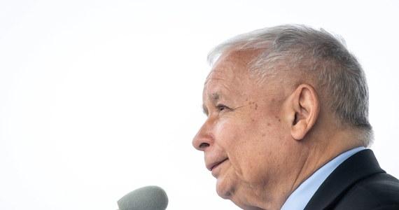 """To ludzie, którzy """"zyskali szczyt człowieczeństwa. (…) Oddali swoje życie, (…) by ratować sąsiadów, znajomych, a często także i tych, których nie znali"""" - tak prezes Prawa i Sprawiedliwości Jarosław Kaczyński mówił w Toruniu o Ukraińcach, którzy w czasie rzezi wołyńskiej ratowali Polaków. """"To jest coś, czego upamiętnienie, jest naszym obowiązkiem jako Polaków"""" - podkreślił."""