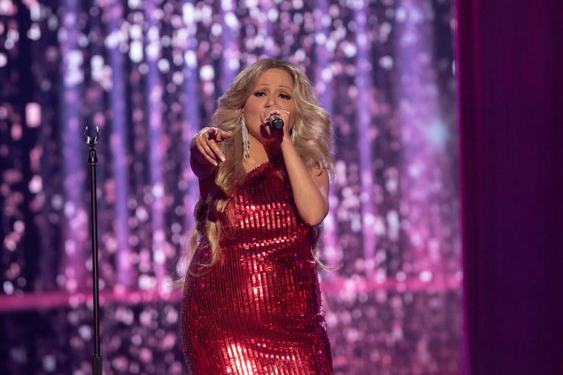"""Pierwszy odcinek po pandemicznej przerwie programu """"Twoja twarz brzmi znajomo"""" wygrała Gosia Andrzejewicz, która wcieliła się w Mariah Carey."""