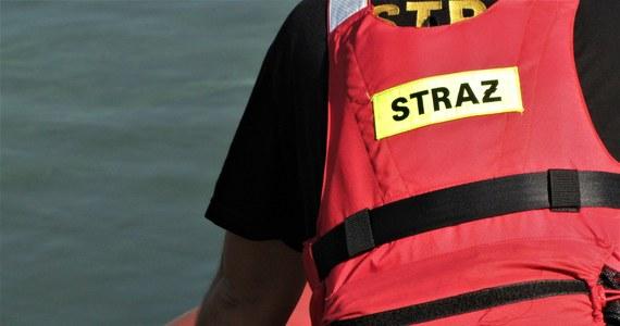 Ciało 61- letniego żeglarza odnaleźli w niedzielę płetwonurkowie w jeziorze Jeziorak (woj. warmińsko-mazurskie). Mężczyzna zaginął w sobotę - prawdopodobnie poślizgnął się na pomoście i wpadł do wody.