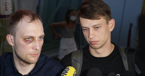 Agencja Bezpieczeństwa Wewnętrznego próbuje ustalić tożsamość funkcjonariuszy białoruskiego OMON-u i milicji, którzy torturowali trzech Polaków zatrzymanych w Mińsku tuż po wyborach prezydenckich z 9 sierpnia. Jak nieoficjalnie dowiedział się dziennikarz RMF FM Patryk Michalski, w ramach indywidualnych poszukiwań ustalaniem szczegółowych danych funkcjonariuszy zajmują się również sami zatrzymani przez białoruskie formacje siłowe - i zdołali już ustalić tożsamość jednej z milicjantek, która miała wykazać się szczególną brutalnością.