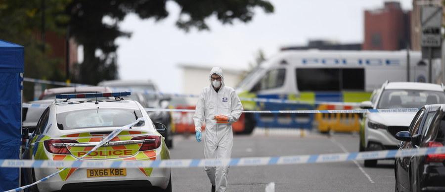 Jedna ofiara i siedem osób rannych – to bilans nocnych ataków z użyciem noża w centrum Birmingham w środkowej Anglii. Policja szuka napastnika.