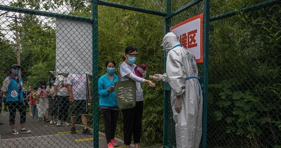 """Narodowa komisja zdrowia poinformowała, że podczas ostatniej doby odnotowano w Chinach 12 nowych przypadków Covid-19. Wszystkie to infekcje """"importowane"""", przywiezione przez podróżnych z zagranicy."""