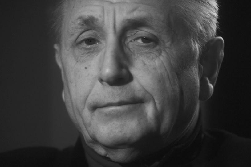 """Nie żyje czeski zdobywca Oscara za film """"Pociągi pod specjalnym nadzorem"""" Jirzi Menzel. Twórca zmarł w sobotę wieczorem, 5 września. O śmierci reżysera i aktora poinformowała w mediach społecznościowych w niedzielę wieczorem żona Olga Menzlowa. Miał 82 lata."""