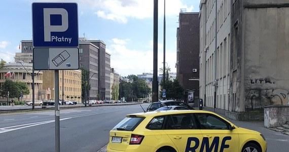 Od godz. 8 w poniedziałek obowiązuje powiększona strefa płatnego parkowania niestrzeżonego na Woli i Pradze Północ. Opłata za brak biletu parkingowego wzrasta w całej warszawskiej SPPN z 50 do 250 zł.
