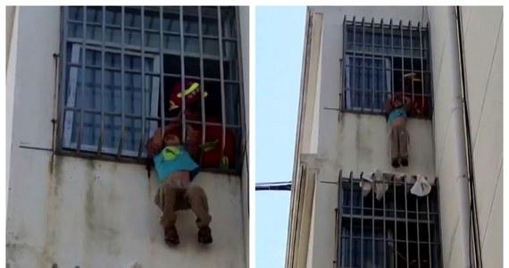 Dramatyczna akcja ratunkowa w prowincji Szandong na wschodzie Chin. 6-letni chłopiec zwisał z okna na piątym piętrze. Jego głowa utknęła między metalowymi kratami.