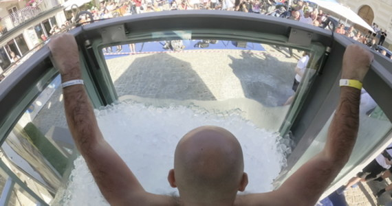 2 godziny 30 minut zanurzony po szyję w lodzie. Austriak Josef Köberl pobił rekord świata. Jego wyczyn mógł obserwować każdy, ponieważ wypełnione lodem akwarium z pleksi ustawiono na samym środku rynku w miejscowości Melk.