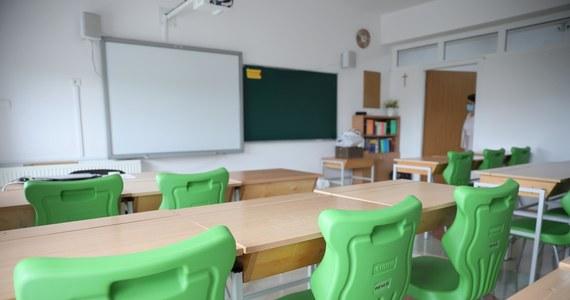 W kolejnych szkołach odnotowywane są przypadki zakażenia koronawirusem wśród uczniów i nauczycieli. Które placówki przeszły na nauczanie zdalne w całości, a w których takie decyzje podjęto w odniesieniu do konkretnych klas?