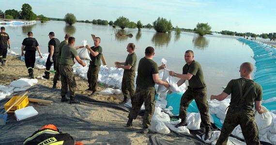 Krakowski sąd apelacyjny uznał w poniedziałek, że Skarb Państwa - PGW Wody Polskie i województwo świętokrzyskie - ponoszą solidarną odpowiedzialność odszkodowawczą za straty grupy powodzian spod Sandomierza, poniesione wiosną 2010 r., które wyniosły prawie 17 mln zł.