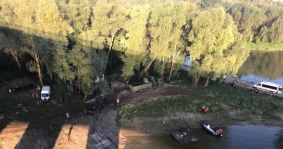 """Rozpoczęła się budowa mostu pontonowego na Wiśle, który będzie podtrzymywać alternatywny kolektor odprowadzający ścieki do warszawskiej oczyszczalni """"Czajka"""". Montaż przeprawy potrwa do czwartku."""