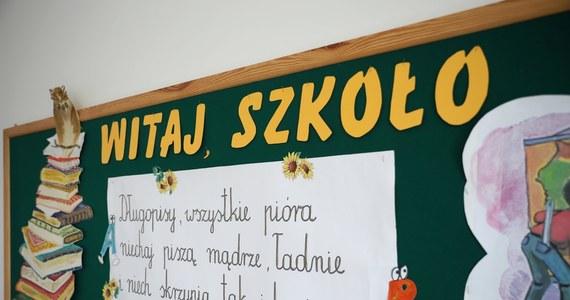 Indywidualne nauczanie można prowadzić bez bezpośredniego kontaktu uczeń - nauczyciel, z wykorzystaniem metod i technik kształcenia na odległość - wynika z nowelizacji dwóch rozporządzeń o indywidualnym nauczaniu, które weszły w życie.