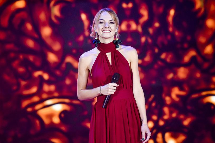 Internauci nie zostawili suchej nitki na dziennikarce TVP Kindze Kwiecień po jej relacji na żywo z Krajowego Festiwalu Piosenki Polskiej w Opolu.