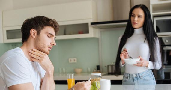 Pieczenie w gardle po posiłku lub w nocy może być objawem różnych chorób, takich jak refluks przełykowo-żołądkowy, zespół pieczenia jamy ustnej (BMS), angina paciorkowcowa lub infekcja wirusowa. Mimo że ta nieprzyjemna dolegliwość nie stanowi zagrożenia dla życia, znacznie obniża komfort codziennego funkcjonowania. Jakie są inne przyczyny pieczenia w gardle i czy istnieją sposoby, dzięki którym pozbędziemy się tego uciążliwego symptomu? Pieczenie w gardle po posiłku i w nocy – przyczyny