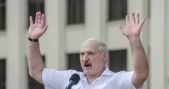 """Prezydent Białorusi Alaksandr Łukaszenka nie wykluczył przeprowadzenia przedterminowych wyborów prezydenckich, ale po """"reformie konstytucji"""". Mówił o tym w wywiadzie dla rosyjskich mediów. Oświadczył też, że tylko on jest w stanie obronić Białorusinów i """"nie odejdzie tak po prostu""""."""