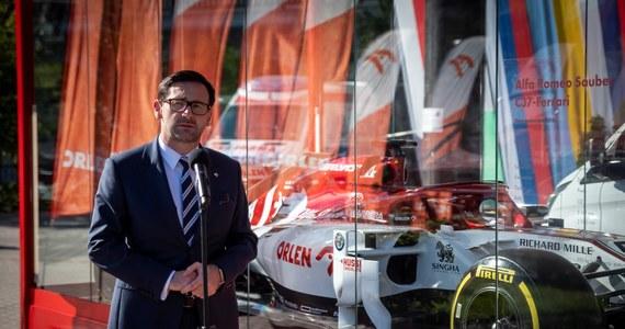 Bolid Alfa Romeo Racing Orlen wyrusza w podróż po Polsce - poinformował koncern. Do końca roku kibice Formuły 1 będą mogli zobaczyć bolid m.in. w Krakowie, Wrocławiu, Poznaniu, Płocku, Rzeszowie i Gdańsku oraz w Warszawie.
